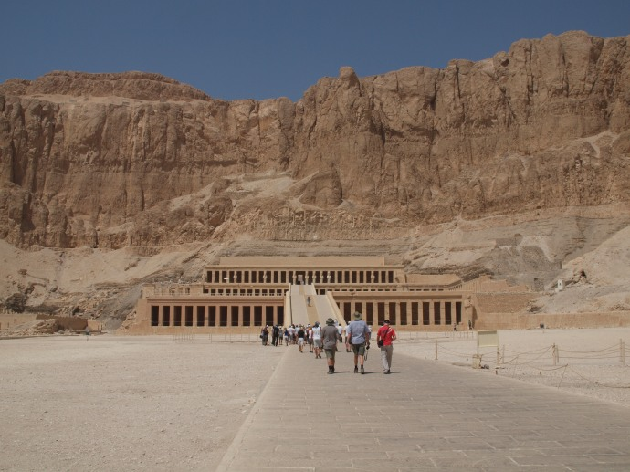 Approaching Hatshepsut's temple.