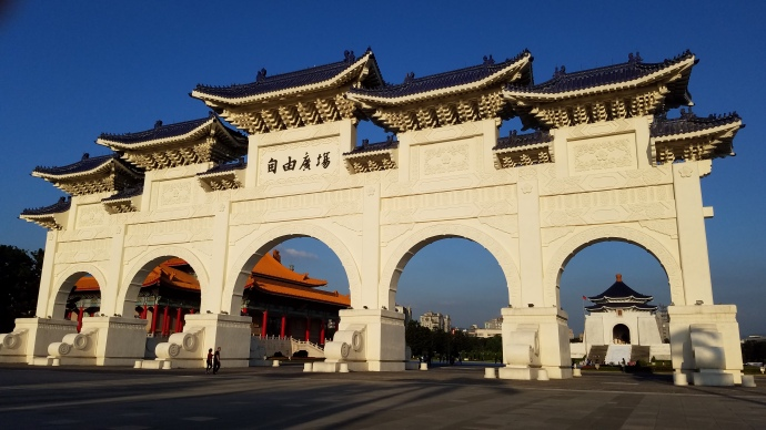 The gate at the entrance to the complex that houses Chiang Kai-Shek Memorial Hall.